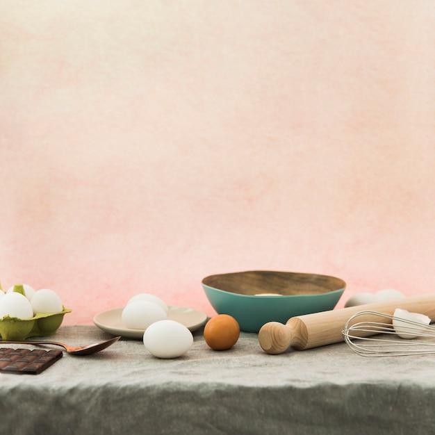 Ingrediënten bakken tegen een gekleurde achtergrond Gratis Foto