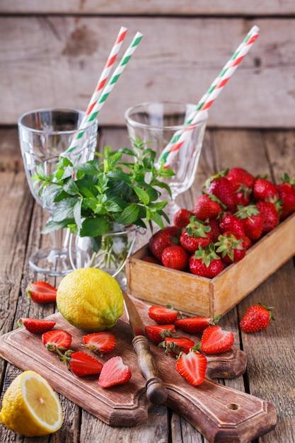 Ingrediënten voor aardbeiensap. Premium Foto