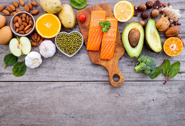 Ingrediënten voor de selectie van gezonde voeding op witte achtergrond. Premium Foto