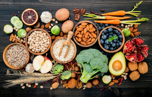 Ingrediënten voor de selectie van gezonde voeding opgezet op houten Premium Foto