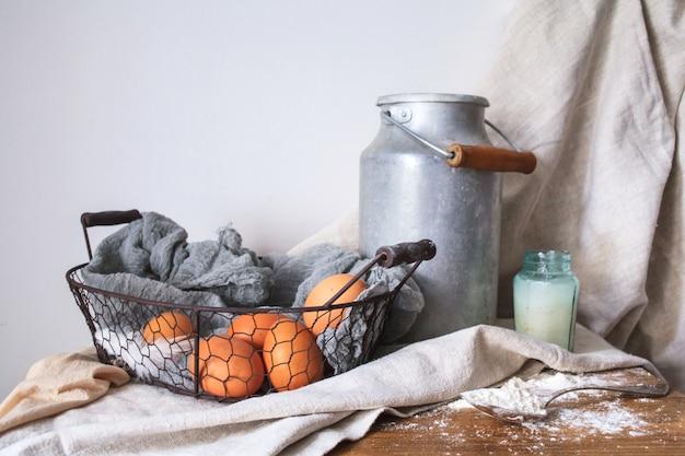Ingrediënten voor een cake op witte katoenen stof Gratis Foto
