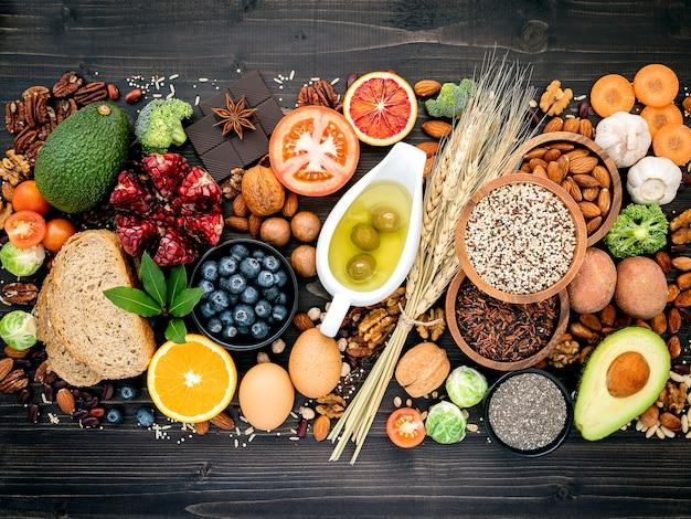 Ingrediënten voor gezond voedsel op houten tafel Premium Foto