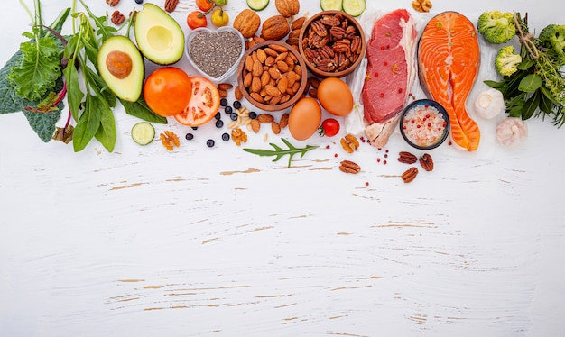 Ingrediënten voor gezonde voedselselectie op witte houten achtergrond. Premium Foto