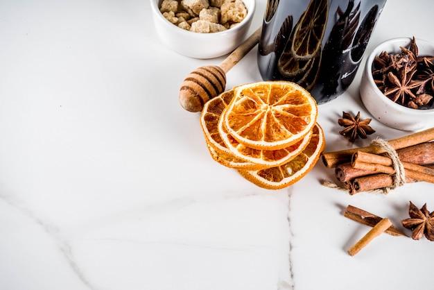 Ingrediënten voor glühweincocktail met kruiden Premium Foto