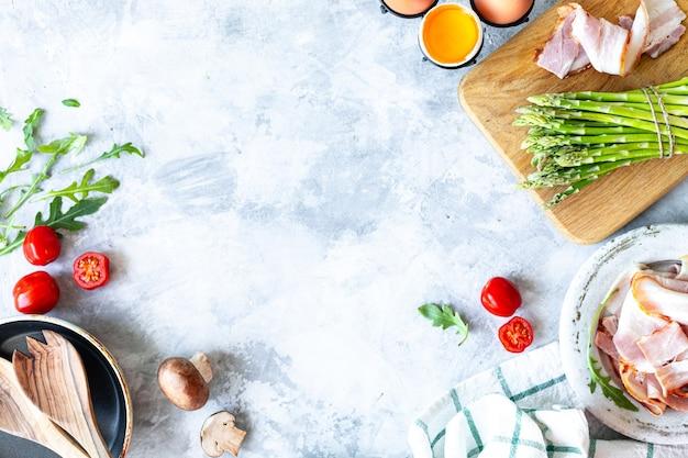 Ingrediënten voor het koken op een grijs beton Gratis Foto
