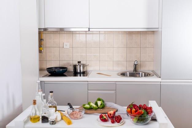 Ingrediënten voor het maken van de spaghetti op witte tafel in de keuken Gratis Foto