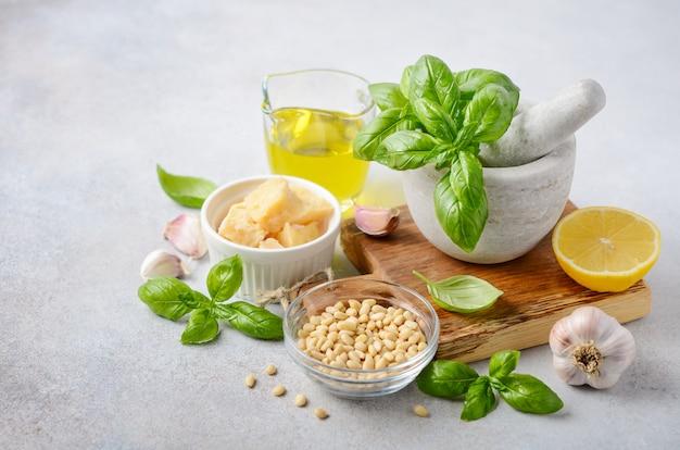 Ingrediënten voor het maken van groene pestosaus Premium Foto