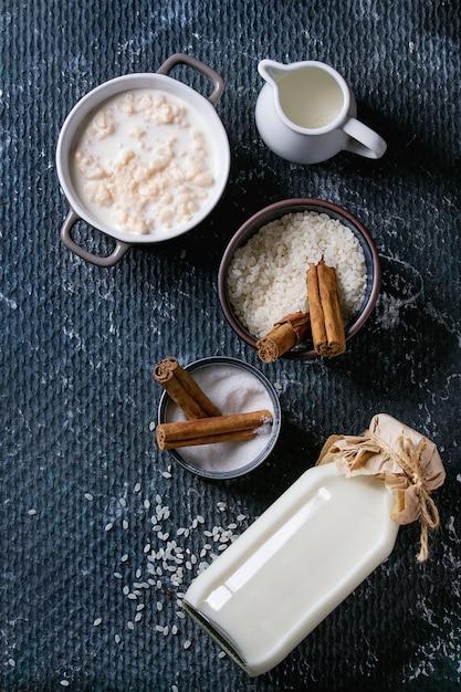 Ingrediënten voor het maken van rijstpudding Premium Foto