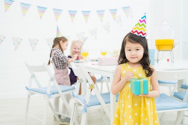 Inhoud aziatisch meisje met geschenkdoos Premium Foto
