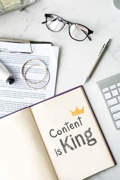 Inhoud is koning geschreven op een notebook Premium Foto
