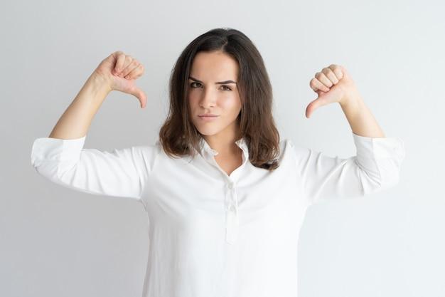 Inhoud meisje in wit overhemd trots op zichzelf. Gratis Foto
