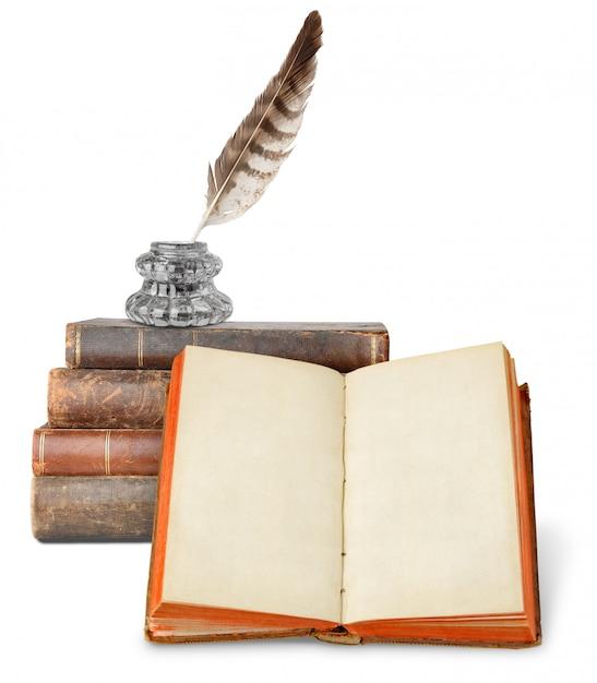Inkstand meer dan een stapel oude boeken en open boek met blanco pagina's die op witte achtergrond worden geïsoleerd Premium Foto