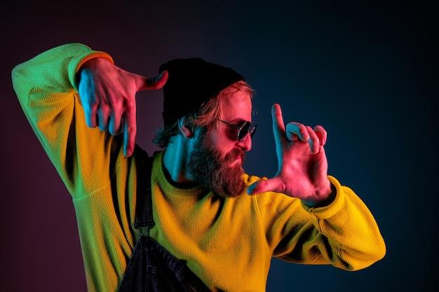 Inlijsten, selfie. blanke man portret op kleurovergang ruimte in neonlicht Gratis Foto