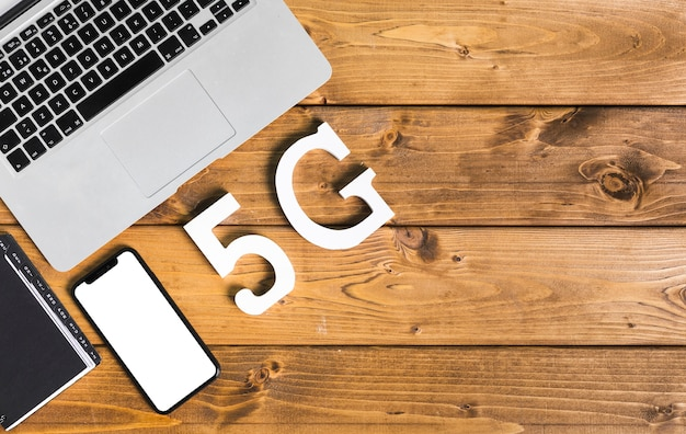 Inscriptie 5g en apparaten op tafel Gratis Foto