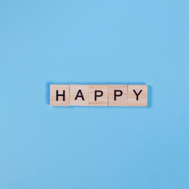 Inscriptie happy op houten stukken Gratis Foto