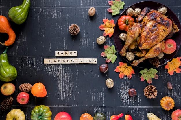 Inscriptie in de buurt van geroosterde kip en groenten Gratis Foto