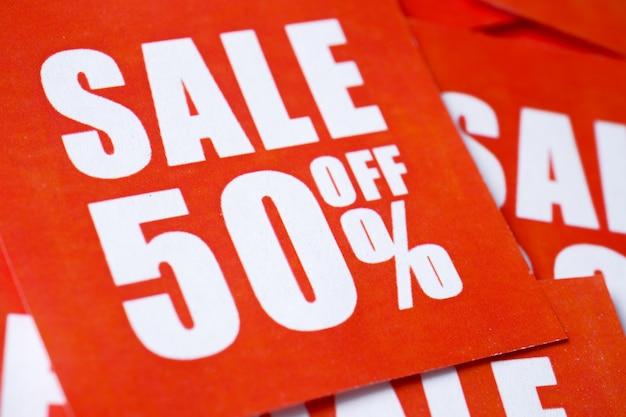Inscripties te koop in percentages gedrukt op rood papier. Premium Foto