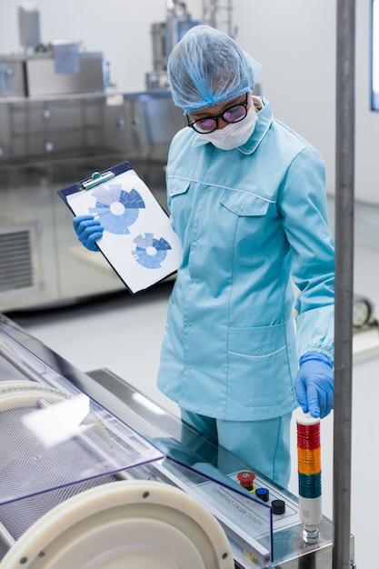 Inspecteur in het productiecontroleproces Premium Foto