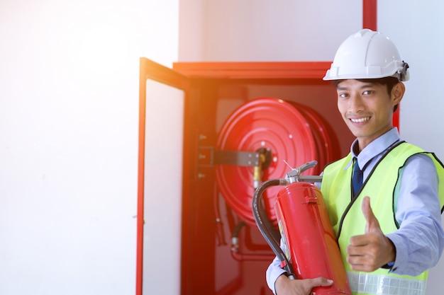 Inspecteurinspectie brandblusser en brandslang. Premium Foto