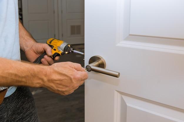 Installatie vergrendeld binnendeur houtbewerker handen installeren slot Premium Foto