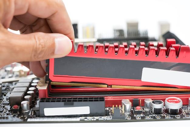 Installeer close-up met de hand krachtige ddr3-ram naar ram-sleuf Premium Foto