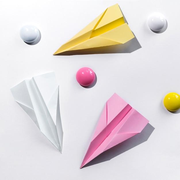 Instellen met papieren vliegtuigje op bureau Gratis Foto