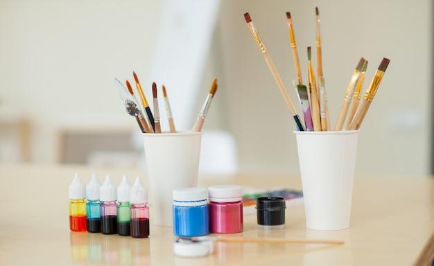 Instellen voor creativiteit bestaande uit verf en penselen Premium Foto
