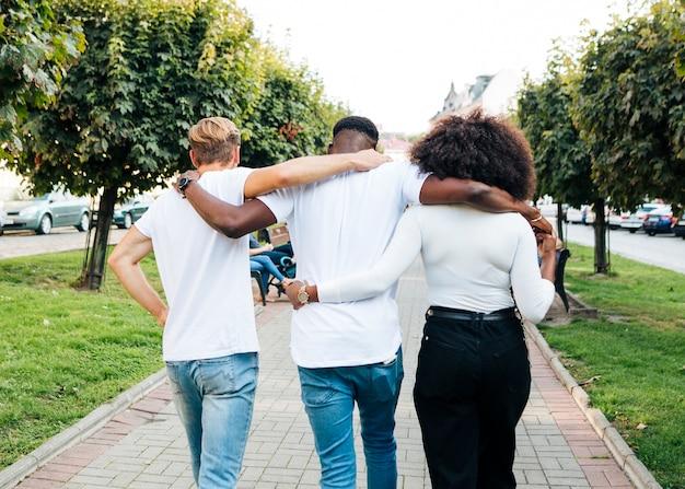 Interculturele knuffel tijdens het wandelen Gratis Foto