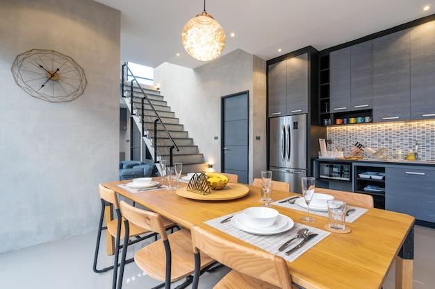 Interieur loft design woonkamer met eettafel van het huis Premium Foto