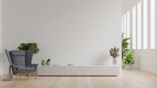 Interieur van een lichte woonkamer met fauteuil op lege witte muur Premium Foto