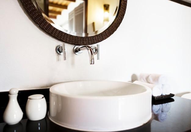 Luxe Badkamer Interieur : Interieur van een luxe badkamer foto gratis download