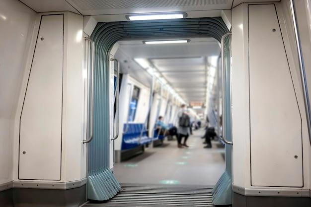 Interieur van een metro met verlichting en weinig mensen binnen Gratis Foto