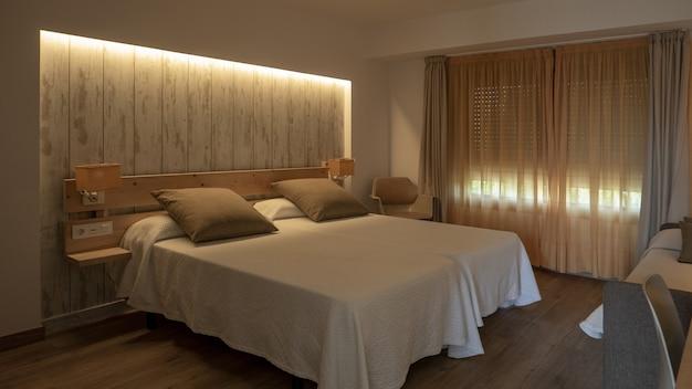 Interieur van een slaapkamer in witte en romige tinten Gratis Foto