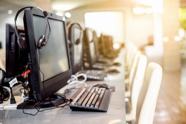 Interieur van lege computerruimte op de universiteit Premium Foto