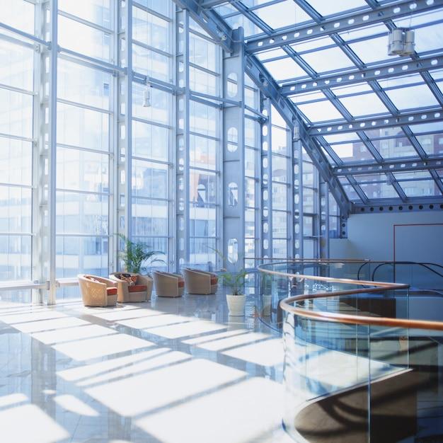Interieur van winkelcentrum, kamer met panoramisch raam Premium Foto