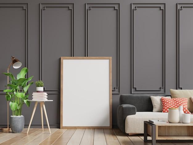 Interieur woonkamer met lege fotolijst. bank en boom in de kamer met donkerbruine muur. Premium Foto
