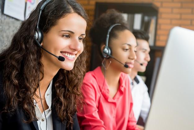 Internationaal call centreteam dat op het kantoor werkt Premium Foto
