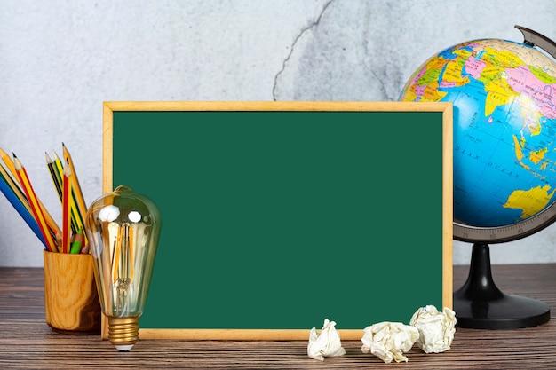 Internationaal daggeletterdheidsconcept met leermiddelen Gratis Foto