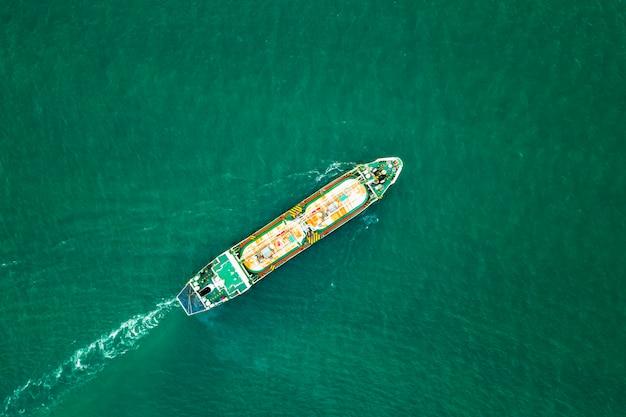 Internationaal olie- en petrochemisch transportschip aan zee Premium Foto