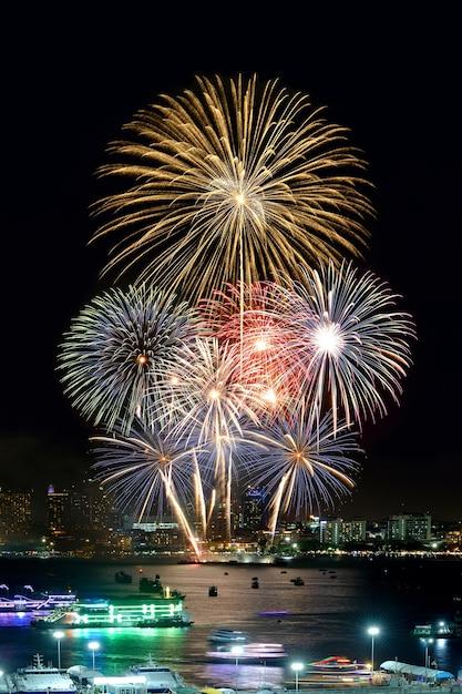 Internationaal vuurwerk in pattaya Premium Foto