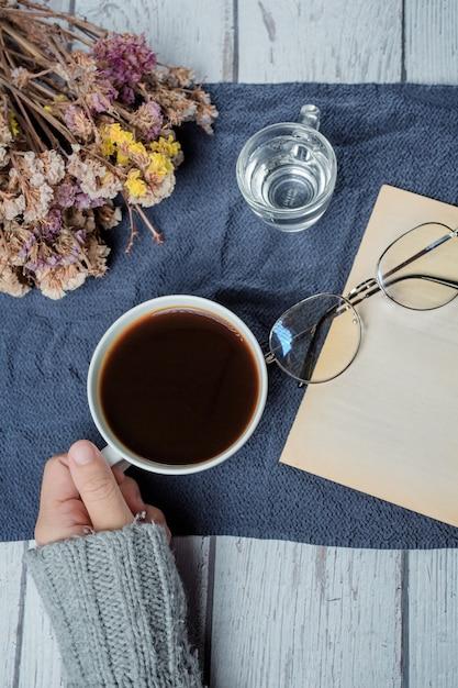 Internationale koffiedag concept vrouw met koffiekopje Gratis Foto