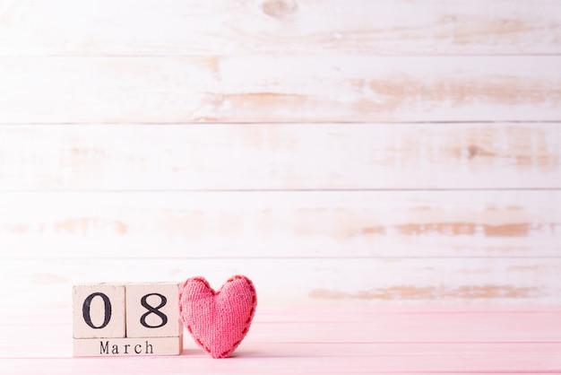 Internationale vrouwendag concept. 8 maart tekst op houten blok Premium Foto