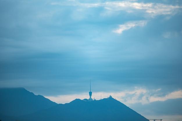 Internet en satelliettorens op de bergen Premium Foto