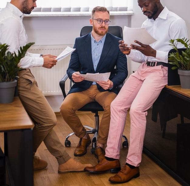 Interraciale mensen uit het bedrijfsleven samen te werken Gratis Foto