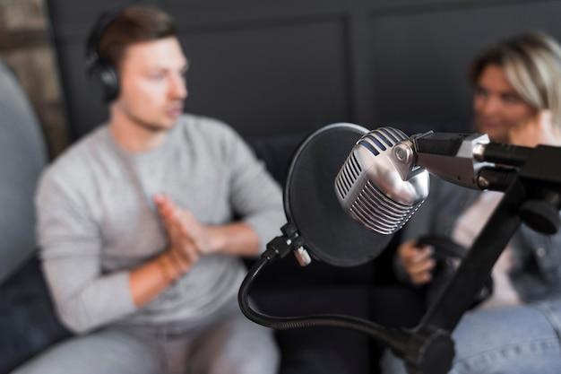 Interview microfoon met hoge hoek Gratis Foto