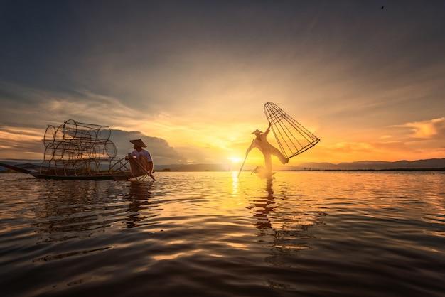 Intha vissers werken in de ochtend Premium Foto