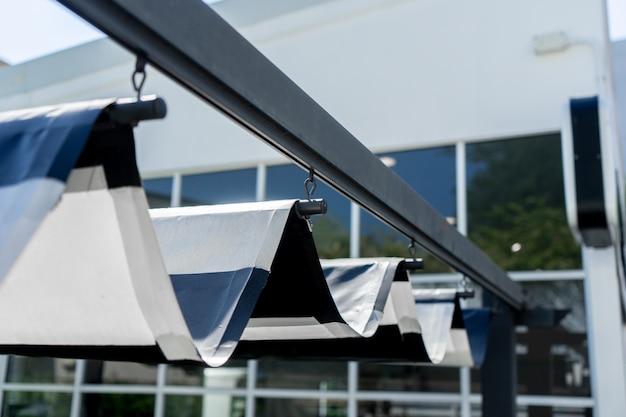 Intrekbaar zonnescherm voor bescherming van de zon in de tuin Premium Foto