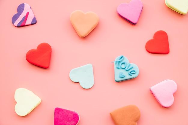 Inzameling van smakelijke verse kleurrijke koekjes in vorm van harten Gratis Foto