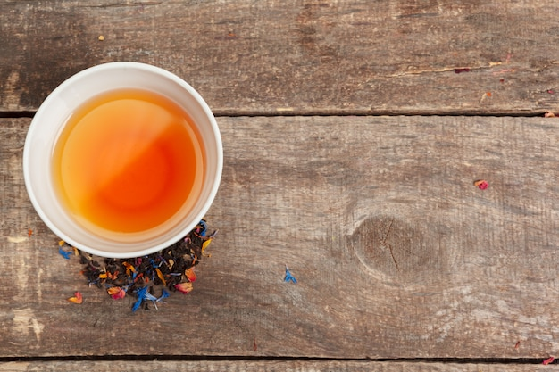 Inzameling van verschillende theeën in koppen met theebladen Premium Foto