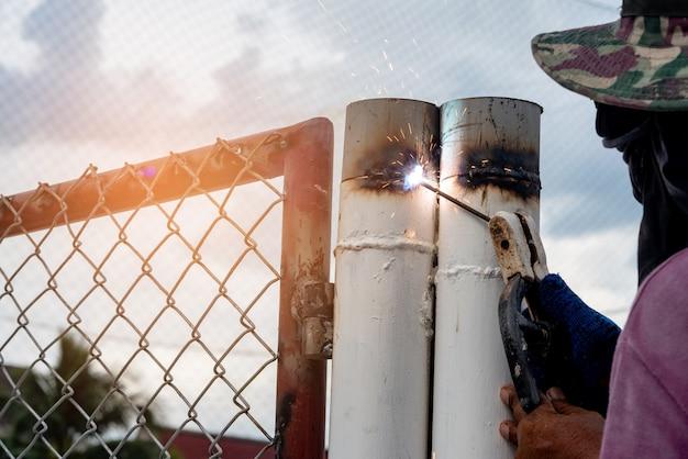 Iron man welding iron garage door repair Premium Foto